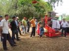 Rogério Donadel mostra colhedora de forragens da empresa paulista Nogueira.