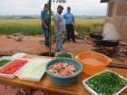 Delicioso arroz com galinha caipira é preparado por agricultores de Condor.
