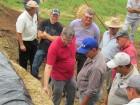 Diante de silo trincheira, Oldemar Weiller, instiga análise sensorial dos agricultores.
