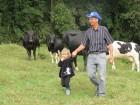 Agricultor de Condor com a filha, tranquilidade em meio aos animais.